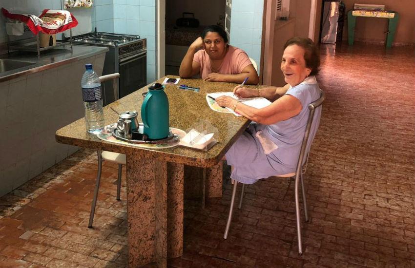 Professora de 92 anos dá lição de vida e realiza sonho de cuidadora de aprender a ler e escrever