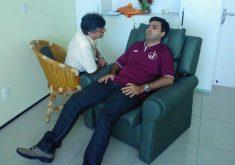 Repórter do Tribuna do Ceará é hipnotizado durante sessão (Foto: Wanderley Filho/Tribuna do Ceará)