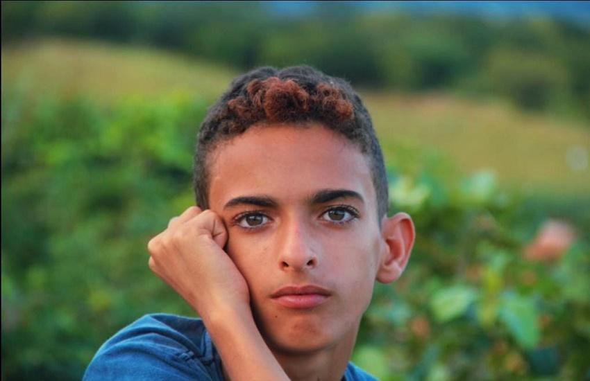 Menino de Orós que sonha em ser repórter recebe a câmera doada por fotógrafa