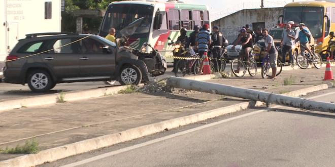 Mulher morre ao ser atingida por poste que caiu após batida de carro em Fortaleza