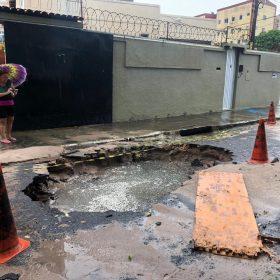 Carro foi retirado do buraco ainda na manhã deste domingo (FOTO: Julião Júnior/TV Jangadeiro)