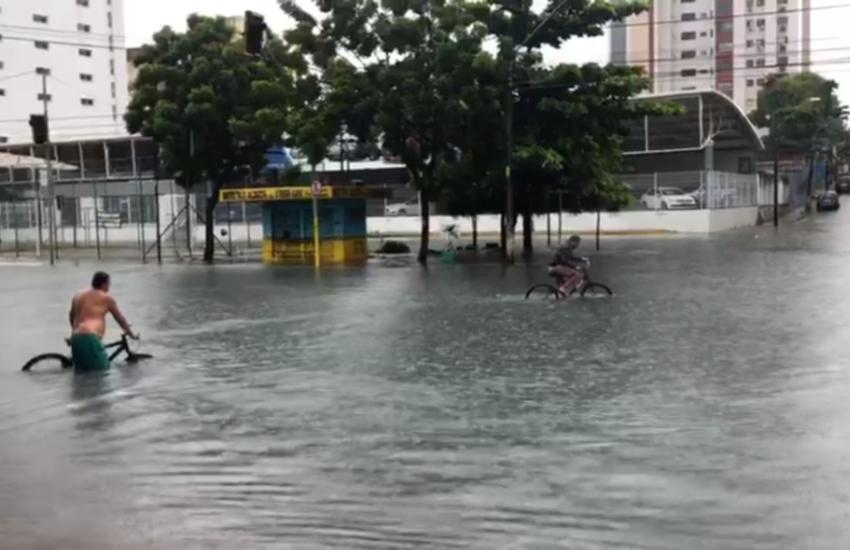 Avenida Heráclito Graça ficou alagada durante a chuva (FOTO: Julião Júnior/TV Jangadeiro)