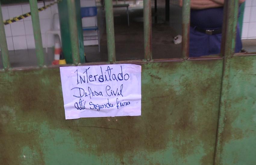 Pais de alunos cobram reforma em escola de Itaitinga cujo teto desabou logo após a aula