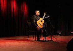Gustavo ganhou seu primeiro violão aos nove anos (FOTO: Vovó Dedé)
