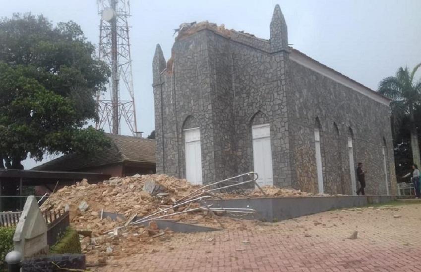 Veja vídeo do desabamento de torre e Cristo Redentor da Igreja do Céu, em Viçosa do Ceará