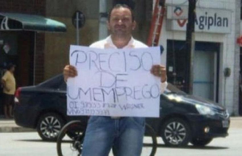 """Zelador usa cartaz para pedir emprego em Fortaleza: """"As crianças estão sem leite"""""""