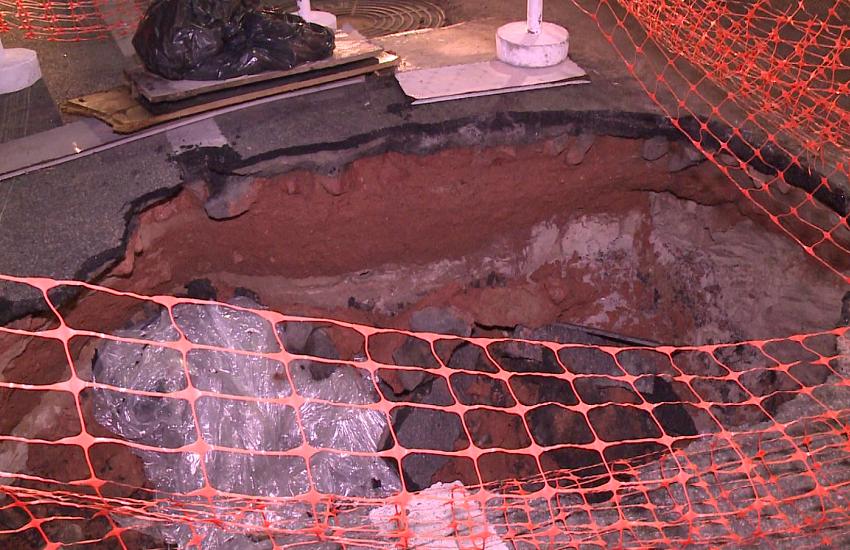 Moradores e comerciantes reclamam de transtornos com buraco na Av. Leste-Oeste