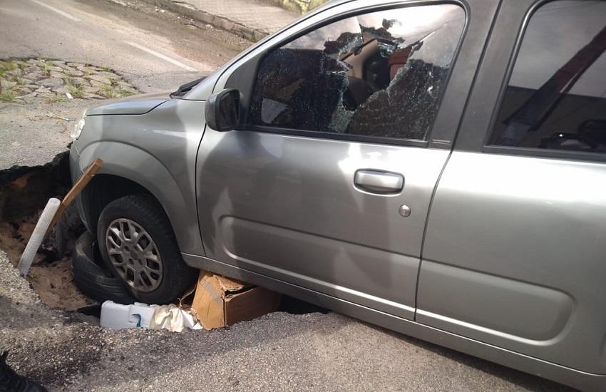 Veículo é engolido por cratera em rua de Fortaleza durante a madrugada