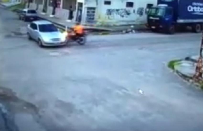 Em colisão impressionante, motociclista rola por cima de carro e sai andando