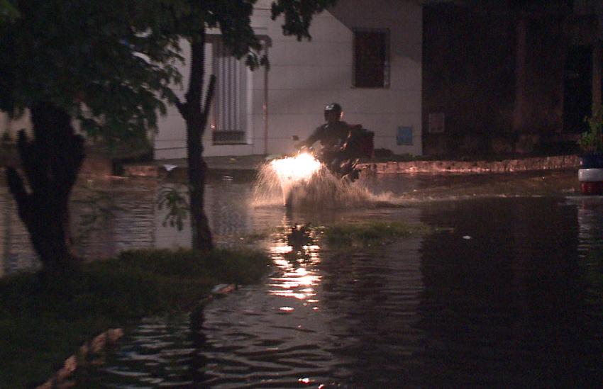 Canal do Conjunto Ceará transborda mais uma vez durante a chuva da última noite
