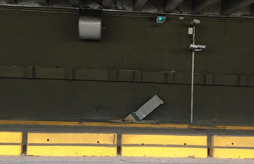 Universitário colide com fotossensor e capota carro em túnel na Av. Washington Soares