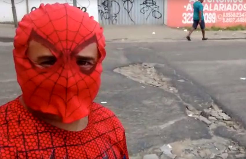 Homem se veste de super-herói para denunciar buracos em vias de Fortaleza