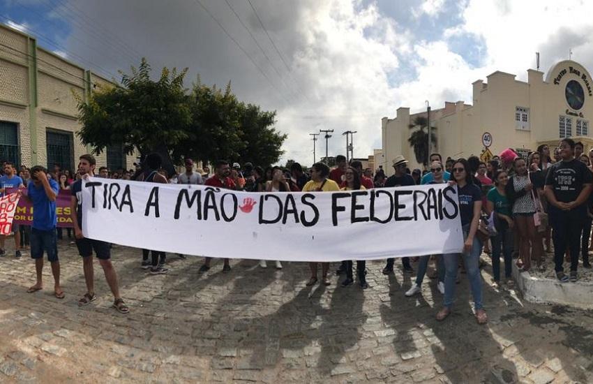 Estudantes de Juazeiro, Crateús e Quixadá protestam contra cortes na educação