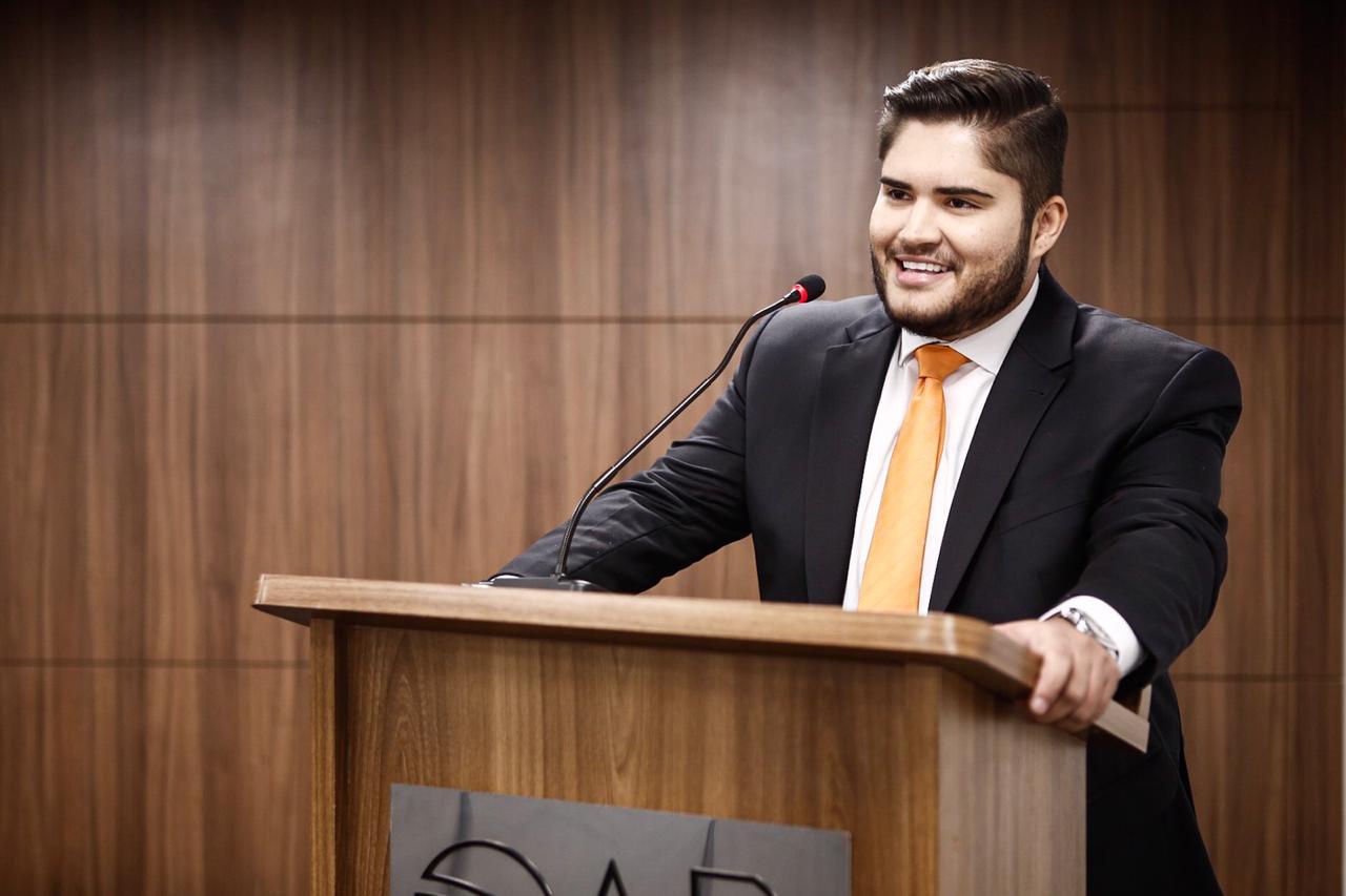 OAB entrega 1ª carteira de advogado com nome social a homem trans no Ceará