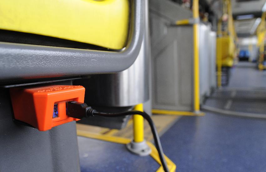 Projeto de lei quer tomadas para recarga de celular nos ônibus de Fortaleza