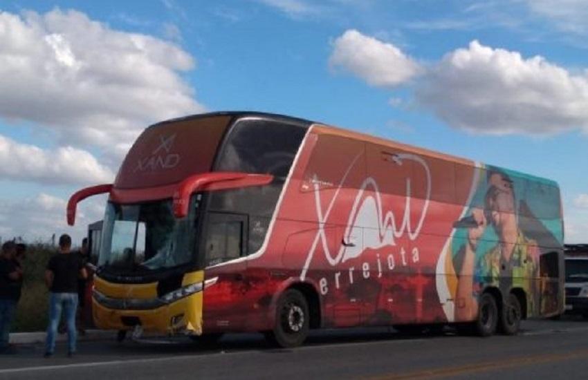 Motociclista bate na lateral de ônibus da banda Aviões do Forró e morre no acidente