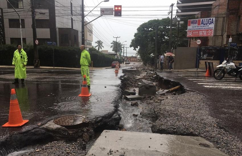 Cratera se abre na avenida da Abolição durante forte chuva em Fortaleza