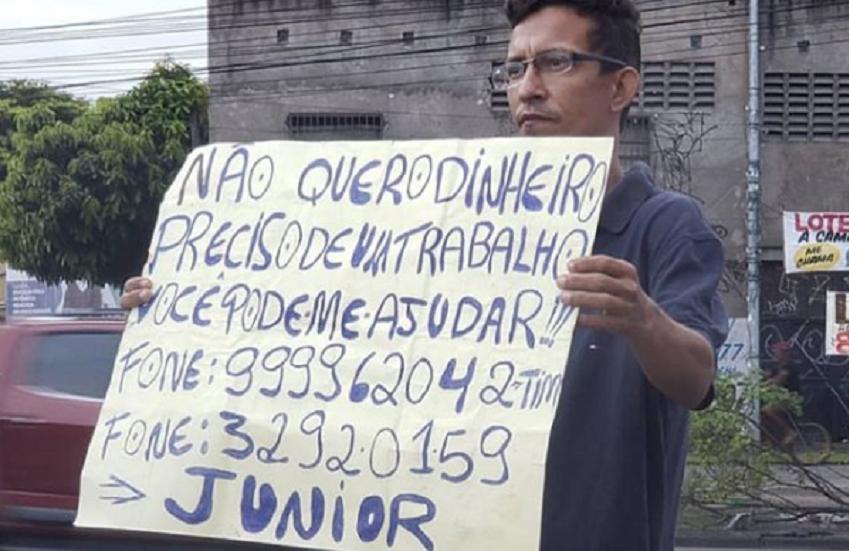 """Recifense pede emprego com cartaz em rua de Fortaleza: """"Não quero dinheiro, preciso de trabalho"""""""