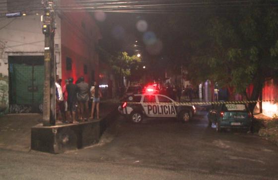 O motorista foi atingido por um tiro de raspão na nádega. Mesmo ferido, o condutor do automóvel compareceu ao 10º Distrito Policial (FOTO: TV Jangadeiro)