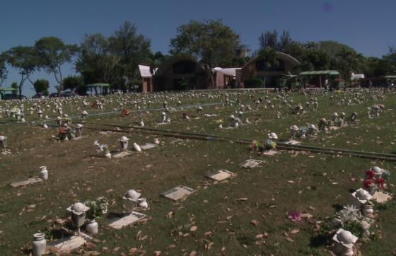 As cearenses foram veladas no cemitério Jardim Metropolitano, em Eusébio (FOTO: TV Jangadeiro)
