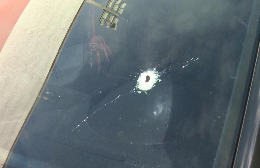 Carro de motorista de aplicativo é alvejado em rua de Caucaia; Uma passageira foi ferida