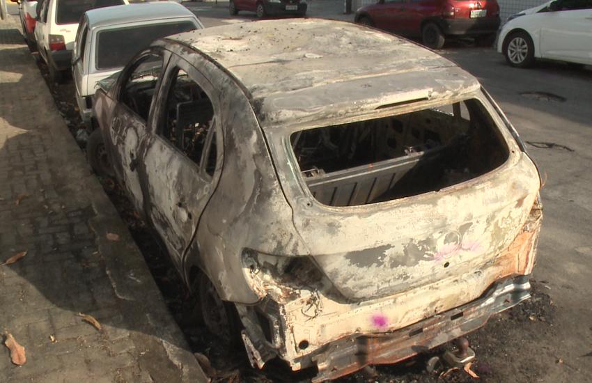 Jovem é preso após incendiar veículo estacionado em calçada de delegacia de Fortaleza