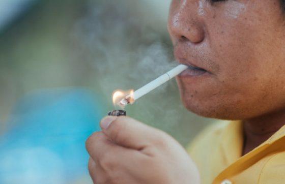 Fumar e ingerir bebida alcoólica com frequência são fatores de risco para o câncer (FOTO: Freepik)