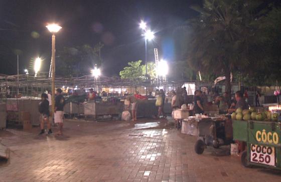 A realocação dos equipamentos dos feirantes ocorreu na madrugada desta quinta-feira (FOTO: TV Jangadeiro/SBT)