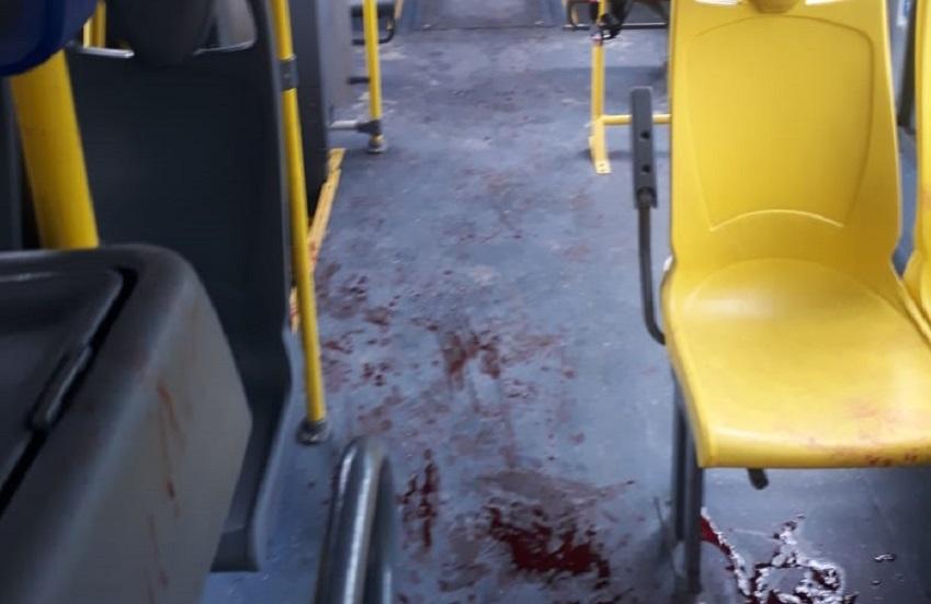 Passageiro é esfaqueado em ônibus por não ter celular para entregar a bandidos
