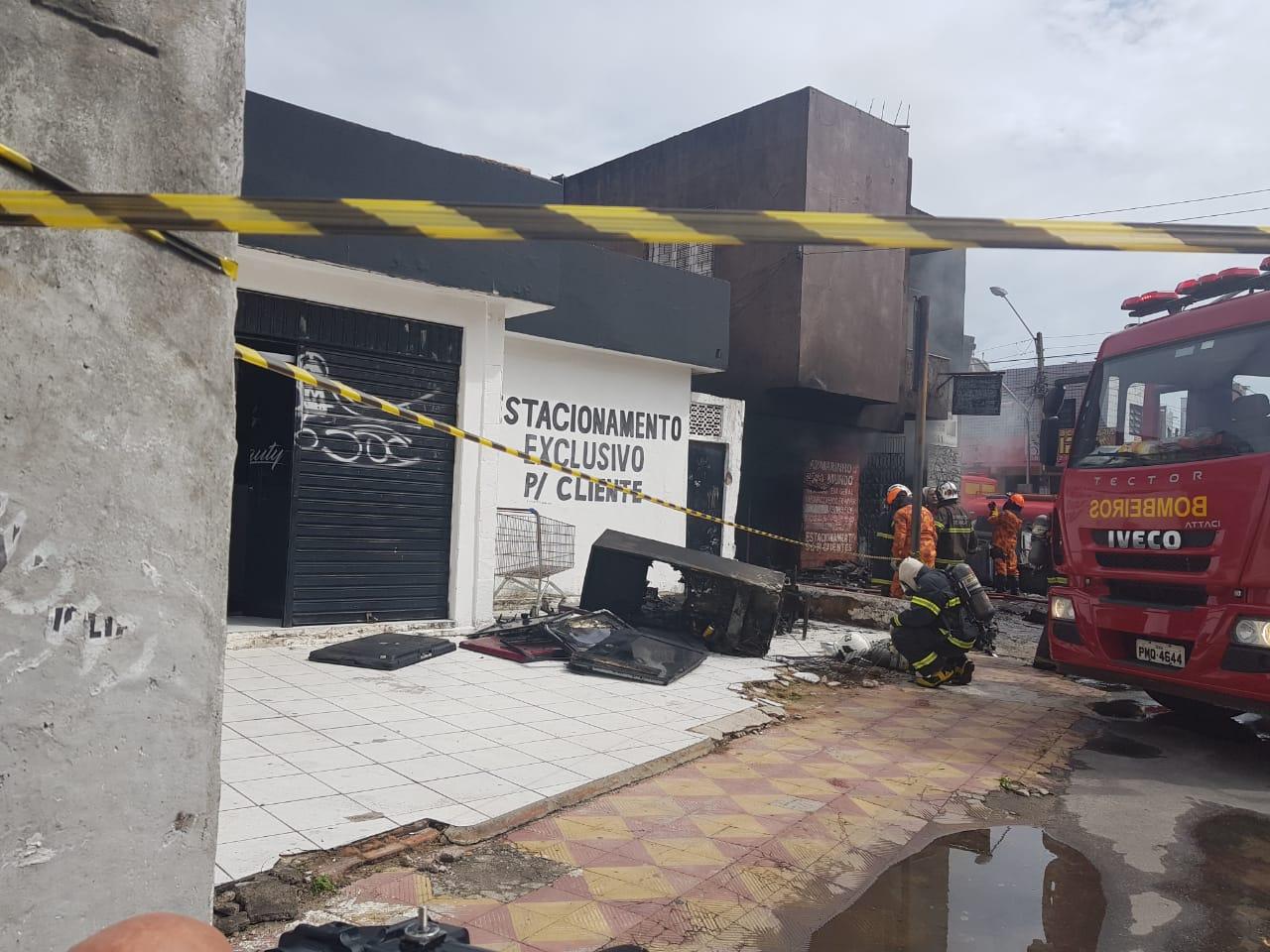 Incêndio atinge prédio comercial na Varjota e compromete estrutura