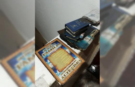 As três Bíblias e o livro de Salmo 91 estavam dentro do guarda-roupas (FOTO: Reprodução/WhatsApp)