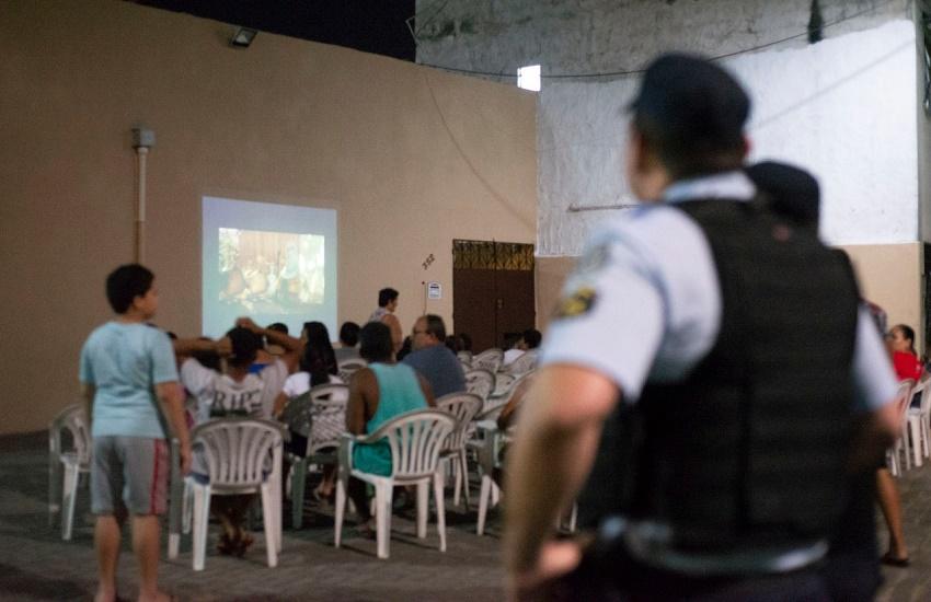 Policiais levam cinema a comunidades para reduzir criminalidade em Fortaleza