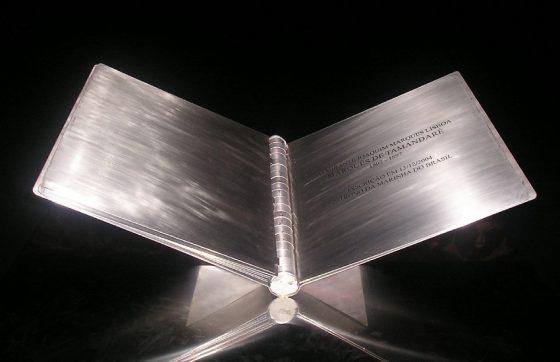 """O """"Livro de Aço"""" homenageia pessoas que tiveram papel fundamental na história do Brasil (FOTO: Reprodução/Agência Senado)"""