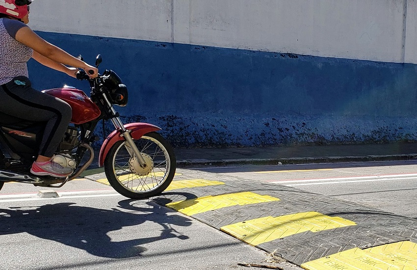 Fortaleza ganha primeira lombada ecológica, feita de borracha reciclada