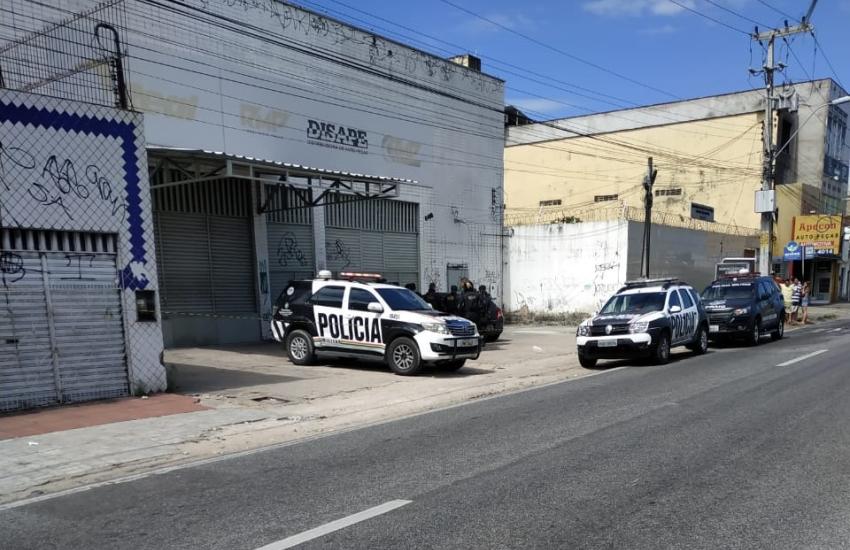 Homem mata a filha de 2 anos, atira contra a mulher e se mata dentro do carro em Fortaleza