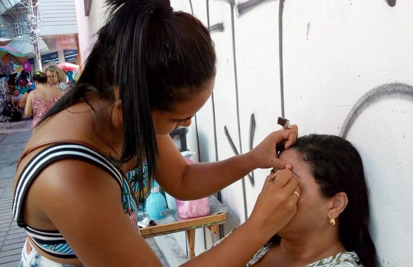 Designer de sobrancelha triplica salário trabalhando nas ruas do Centro de Fortaleza