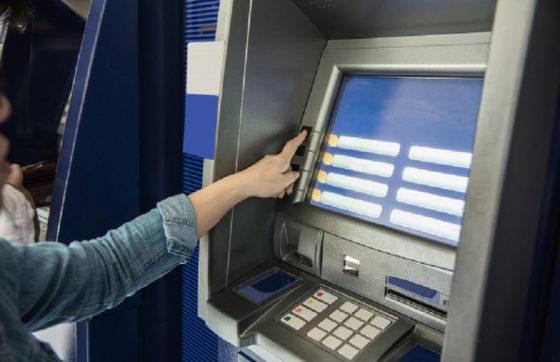 Com o uso de aplicativos, as pessoas têm deixado de se dirigir até agências bancárias (FOTO: Reprodução/Freepik)