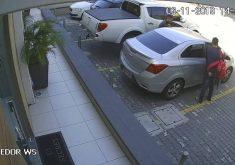 Os dois assaltantes fugiram no carro da vítima com duas mochilas carregadas de itens roubados (FOTO: Reprodução/WhatsApp)