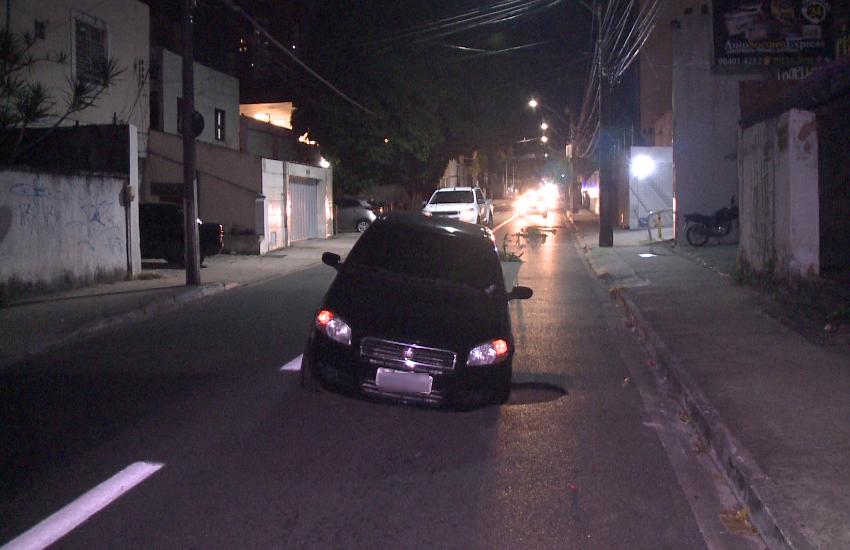 Buraco se abre na Rua Padre Valdevino e carro de motorista de app fica preso nele