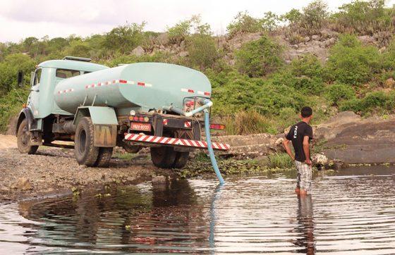 Os carros-pipa abastecem populações de municípios atingidos pela estiagem (FOTO: Arquivo/Tribuna do Ceará)