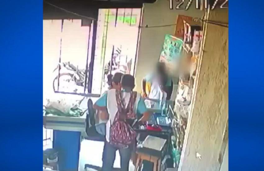 Adolescentes fardados são flagrados por câmera de segurança assaltando mercadinho