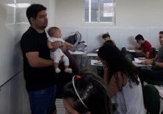 O professor ficou com a filha da aluna durante toda a prova (FOTO: Reprodução/WhatsApp)
