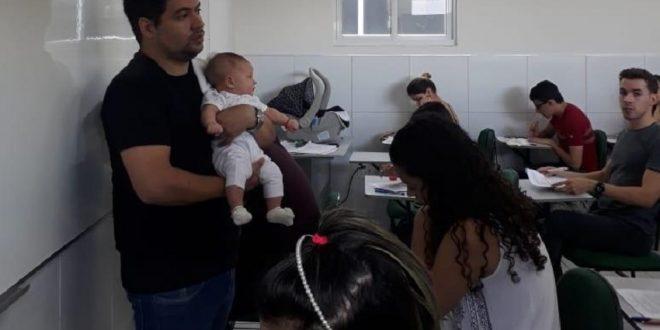 Professor segura bebê no colo para aluna fazer prova e cativa internautas