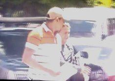 O suspeito é conduzido por um policial à paisana de boné e blusa listrada (FOTO: Reprodução/WhatsApp)