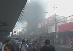 O incêndio aconteceu em um prédio comercial da rua General Sampaio, nº 683 (FOTO: Reprodução/WhatsApp)