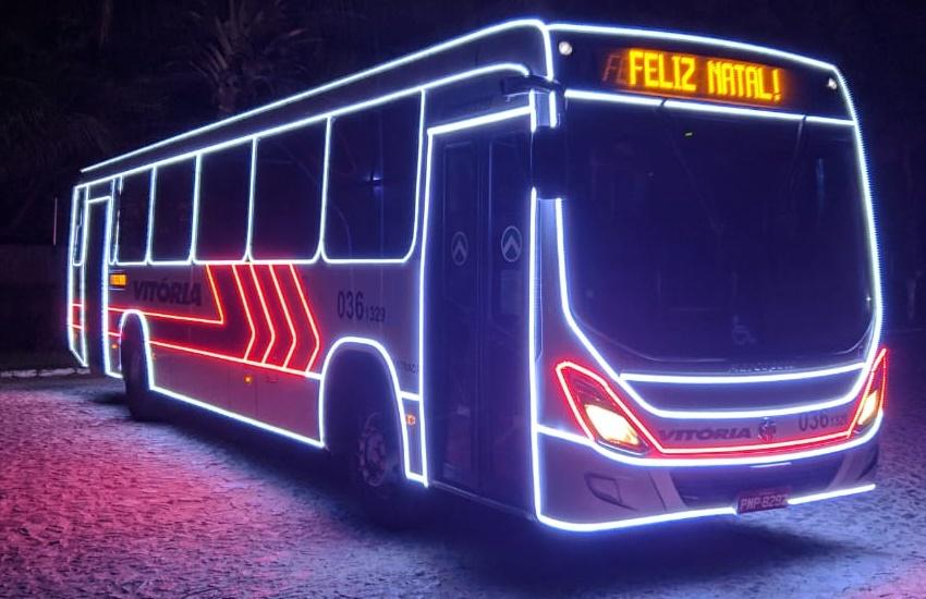 Papais Noéis fazem caravana com ônibus iluminados em 23 bairros de Fortaleza
