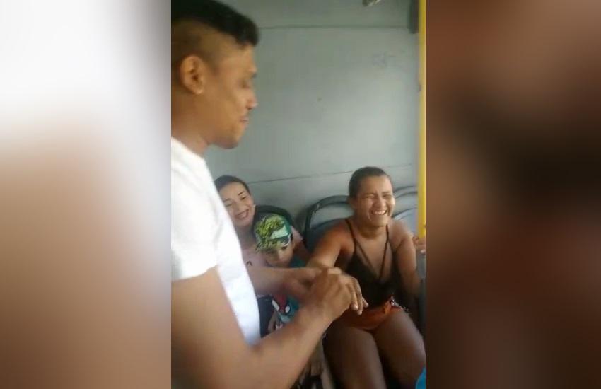 Homem faz pedido de casamento dentro de ônibus e sonha em casar em terminal de Fortaleza