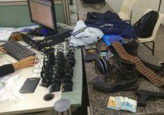 Com o suspeito, a Polícia apreendeu o fardamento utilizado no assalto, R$ 3500 e uma pistola de brinquedo (FOTO: Emanuella Braga/TV Jangadeiro)