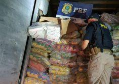 Os pacotes de carteiras de cigarros estavam em meio a fardos de salgadinho artificial de milho (FOTO: Divulgação/PRF)