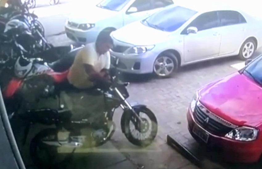 Criminoso furta moto em apenas 20 segundos em frente a supermercado em Maracanaú